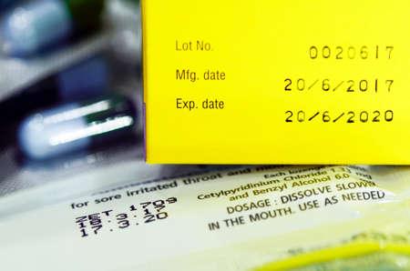 Productiedatum en vervaldatum op sommige farmaceutische verpakkingen.