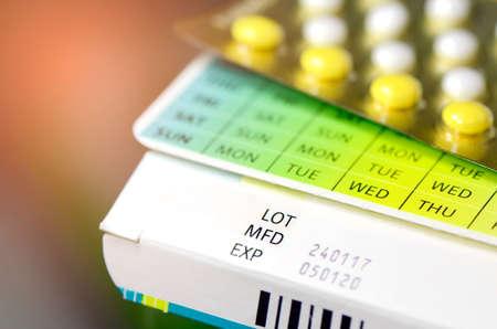 製造日付といくつかの医薬品包装の有効期限。