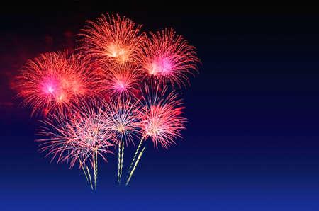 Buntes Feuerwerksfest und der Dämmerungshimmel