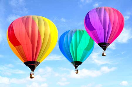 Globo de aire caliente colorido sobre cielo brillante con nubes. Globo de aire caliente y cielo azul Foto de archivo