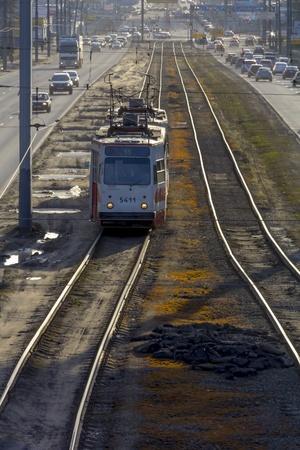 prospect: La perspective d'une voie de tramway avec le tram solitaire