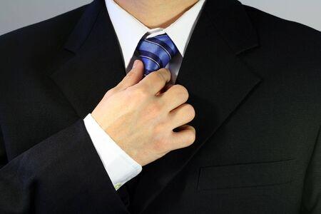 彼のネクタイを結ぶ実業家