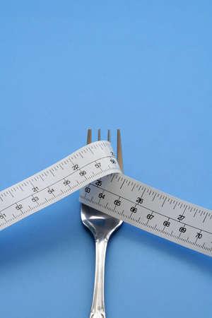 フォークと測定テープ