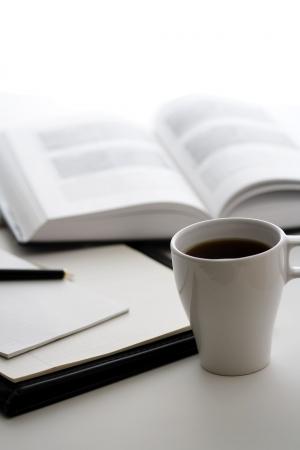 Eine Tasse Kaffee, ein Buch und ein Notizblock  Standard-Bild - 418206