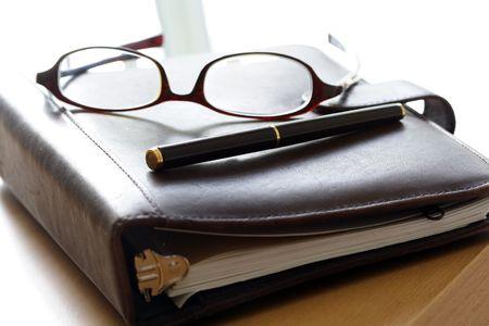 todo: Un organisateur et une paire de lunettes Banque d'images