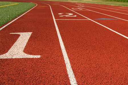 pista de atletismo: Comience la l�nea en una pista corriente Foto de archivo