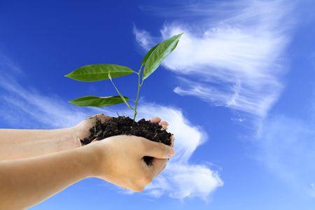 Handen bedrijf een nieuwe fabriek tegen de blauwe hemel