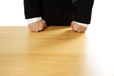 empresario enojado: Angry hombre de negocios con ambos pu�os sobre la mesa