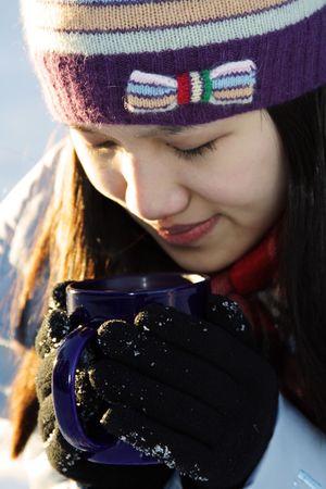 sorbo: Un caf� que bebe de la mujer bonita en al aire libre