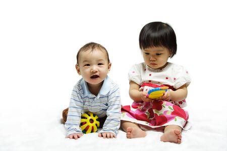 ni�as jugando: Un retrato de dos ni�os que juegan junto
