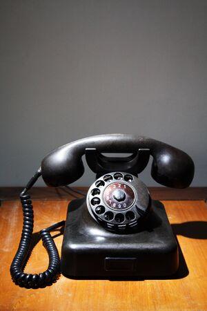 Un vieux téléphone noir rotatif sur une table Banque d'images - 925215