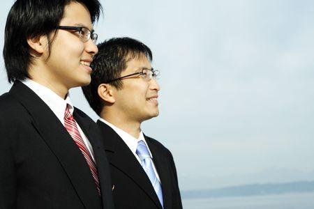 ビーチで屋外ポーズ 2 つのアジアのビジネスマン