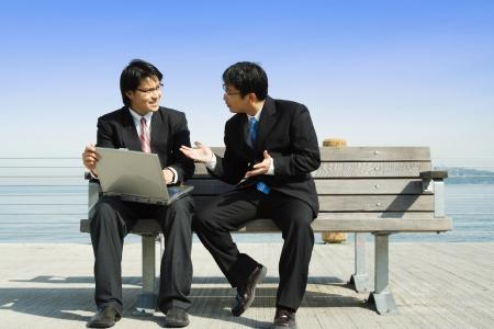 ビジネス パートナー 2 社、ラップトップに一緒に取り組んで 写真素材