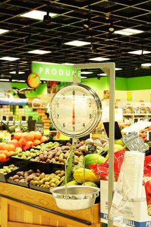 gewicht skala: Eine Waage in einem Abschnitt produzieren ein Lebensmittelgesch�ft