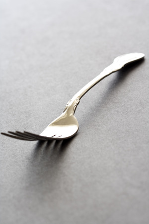 黒いテーブルの上の銀のフォークのショット 写真素材