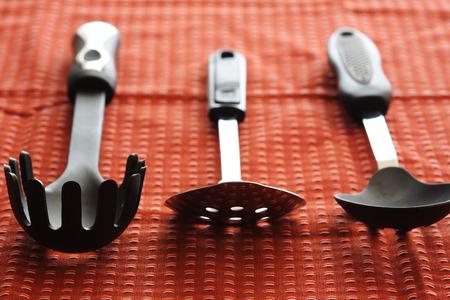 赤のテーブル クロスの台所用品のショット
