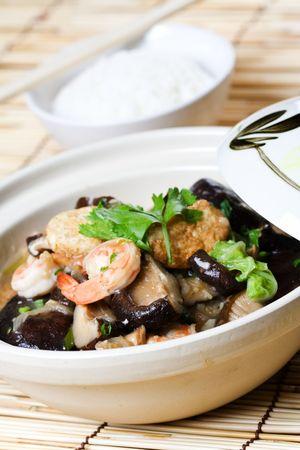 plat chinois: Un coup de casserole de fruits de mer avec un bol de riz, une nourriture traditionnelle chinoise