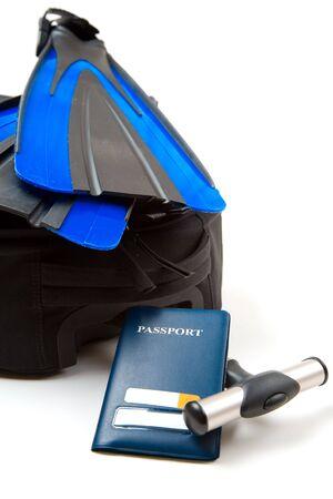 flippers: Una foto de un equipaje, un pasaporte y un par de aletas, puede ser usado para viajes o vacaciones concepto
