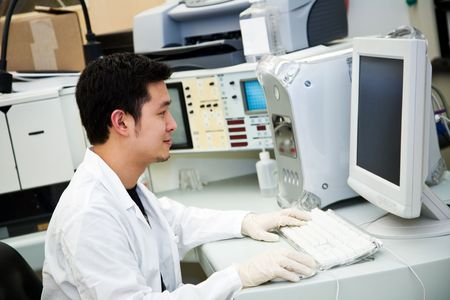 tecnico laboratorio: Una foto de un t�cnico de laboratorio en un equipo de trabajo Foto de archivo