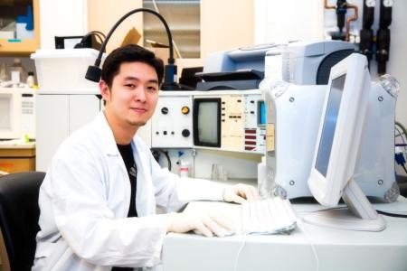 Een shot van een wetenschapper die werkt op een computer in een laboratorium