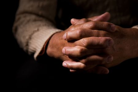 hombre orando: Un disparo de manos de un viejo hombre rezando  Foto de archivo