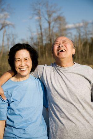 屋外良い時間を過ごしている年配のカップルのショット
