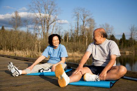 personnes �g�es: Un coup d'un haut asian couple �tirement avant l'exercice  Banque d'images