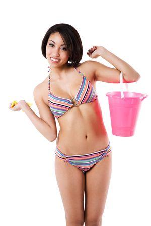 femme noir sexy: Un coup isol� d'une belle et sexy femme noire en bikini transportant un seau de sable  Banque d'images