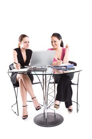 businesspartners: Dos mujeres empresarias con una reuni�n en la oficina