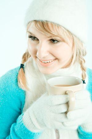 fille pull: Une belle jeune fille de race blanche buvant un caf� chaud