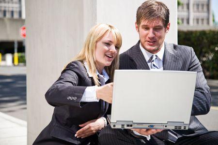 businesspartners: Dos empresas de trabajo caucasian personas que tienen una discusi�n