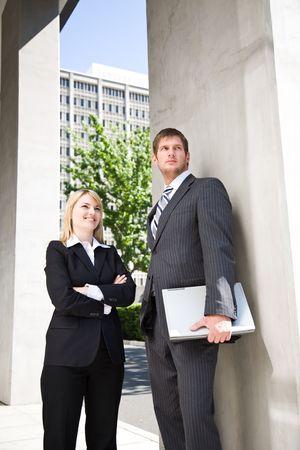 businesspartners: Dos caucasian gente de negocios de pie fuera de su oficina