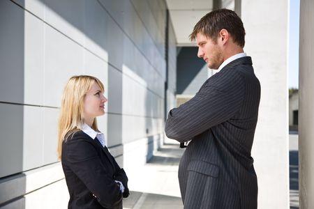 businesspartners: Dos caucasian gente de negocios que buscan el uno al otro con enojo
