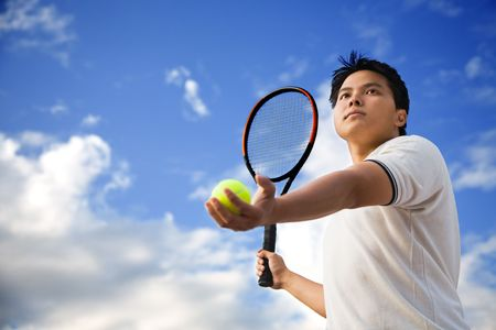tennis stadium: Un joven de sexo masculino deportivo de Asia jugar al tenis al aire libre
