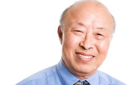 笑みを浮かべて上級アジア系のビジネスマンの分離のショット