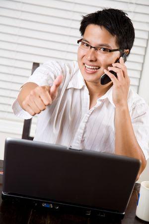 llamando: Un hombre de negocios de Asia empresario dando un pulgar arriba