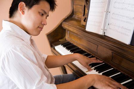 pianista: Una foto de un hombre de Asia tocando el piano Foto de archivo