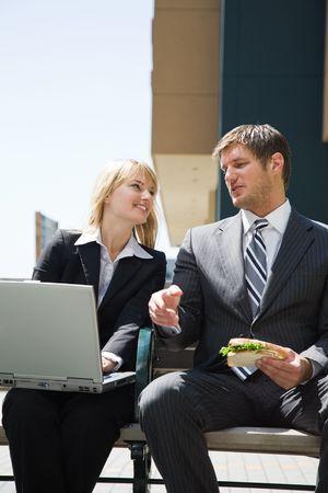businesspartners: Dos caucasian gente de negocios que tengan un debate al aire libre