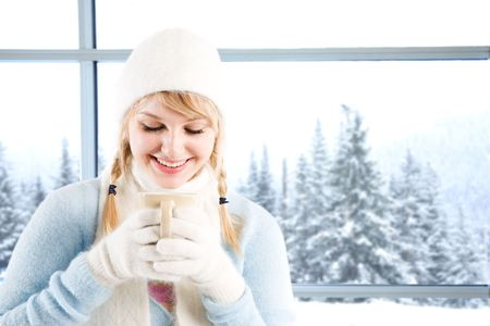 A beautiful caucasian girl drinking hot coffee at a ski resort on a snowy day 版權商用圖片 - 3753640
