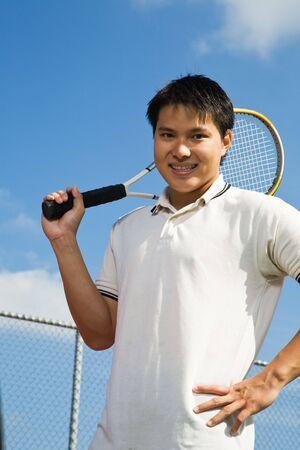 jugando tenis: Un joven hombre de Asia deportivo jugar al tenis Foto de archivo