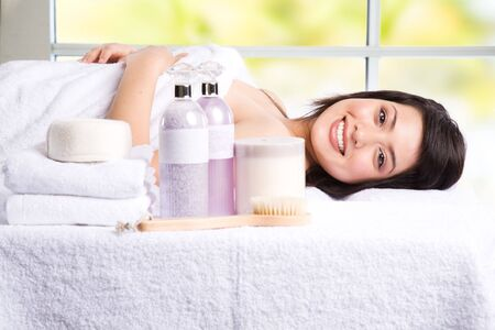 girl lying down: Una bella asi�tica ni�a acostada en un spa de belleza