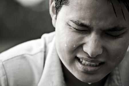 sudando: A hincapié en los jóvenes deprimidos y Asia los hombres en blanco y negro Foto de archivo