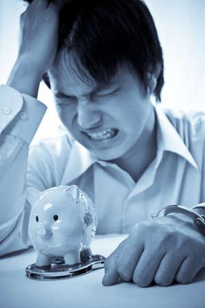 ontbering: Een conceptueel shot van een Aziatische zakenman met een financiële moeilijkheden Stockfoto