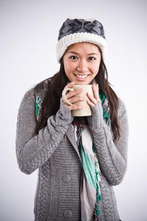 donna che beve il caff�: Un tiro di una bella asiatica donna felice di bere caff�