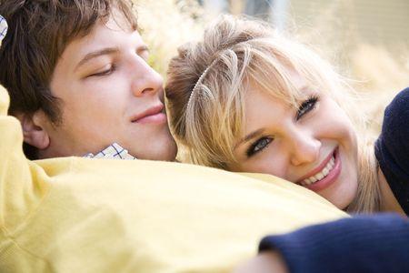 Una foto de una joven pareja en el amor caucasian relajante al aire libre Foto de archivo - 4739760