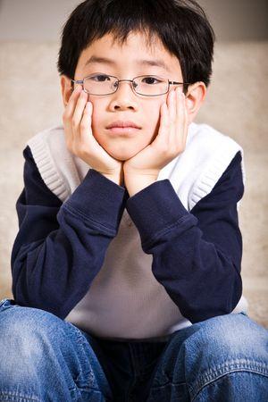 ni�os pensando: Una foto de un ni�o triste asi�tico