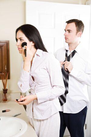 mariage mixte: Un beau couple interracial dans la salle de bain � se pr�parer pour travailler dans la matin�e Banque d'images