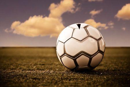 Un balón de fútbol en un campo de fútbol