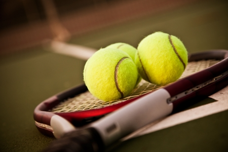 tennis racket: Una foto de una raqueta de tenis y pelotas de tenis en la pista de tenis