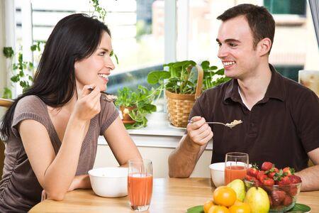 pareja comiendo: Una foto de una joven comiendo su desayuno en casa